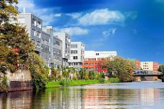 Neubauten am Ufer des Mittelkanals in Hamburg Hammerbrook.