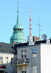 Hinterhof eines Mietshauses in Hamburg St. Pauli - Turm mit Kupfer gedeckt; Spitze vom Heinrich Hertz Turm.