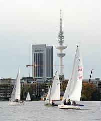 Regattasegler bei der Alster-Glocke des HSC - Ende der Segelsaison in Hamburg.