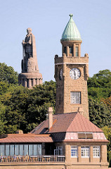 Pegelturm / Uhrturm der St. Pauli Landungsbrücken - im Hintergrund das Hamburger Bismarckdenkmal.
