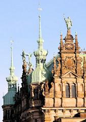 Historische Fassade mit Bronzeskulpuren - Rathaus Hamburg