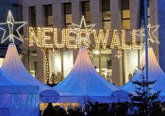 Zelte des Hamburger Weihnachtsmarkts vom Jungfernstieg - Schrift Neuer Wall
