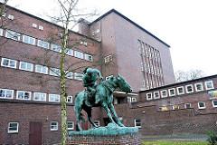 "Schule Bovestrasse im Hamburger Stadtteil Wandsbek - Bronzedenkmal ""Hunne zu Pferd; Oskar Erich Hösel."