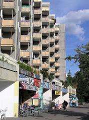 Balkons und Geschäfte der Steilshooper Grosssiedlung.