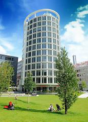 Rasenfläche mit jungen Bäumen im Sandtorpark der Hamburger Hafencity - Gebäude der International Cofee Plaza, Architekt Richard Meiner.