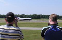 Planespotter mit Kamera Fuhlsbüttler Flughafen.