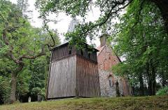 Hölzerner Glockenturm der Sinstorfer Kirche - Denkmalschutz in Hamburg - Kirchenbau der historischen Sinstorfer Kirche.