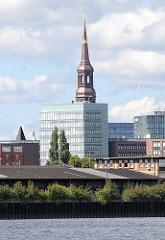 Kupferturm der neu restaurierten St. Katharinenkirche - moderne Gebäude in der Hafencity - Lagerschuppen am Oberhafenkanal.