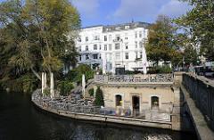 Mundsburger Brücke -  zum Restaurant und Café umgebauten Kasematten der 1870 erricheten Brücke über den Mundsburger Kanal.