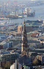 Kupferturm der St. Katharinenkirche - Blick zur Elbe und dem Hamburger Hafen.
