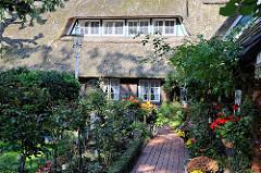 Reetdachhaus mit blühendem Bauerngarten in Nienstedten - Bilder aus Hambugs Vororten.