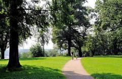 Hamburgs Parkanlagen und Grünflächen - Naherholung in der Hansestadt Hamburg - FahrradfahrerInnen auf einem Weg in Schröders Elbpark - Bilder aus Hamburg Othmarschen.