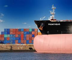 Bug des Tankers PROMITHEAS  im Hamburger Hafen - das Schiff hat eine Länge von 249m und eine Breite von 44m - an Land sind Container gestapelt.