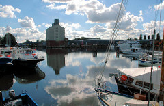Blick über den Harburger Überwinterunshafen zum Betriebsgelände der Firma Andreas Hansen mit dem Hansenspeicher. Lks. Polizeiboote der Wasserschutzpolizei - rechts Sportboote. (2005)