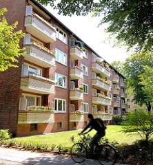 Leben und wohnen in Hamburg Hamm - Balkons mit gelben Ziegeln verkleidet; Rasen.