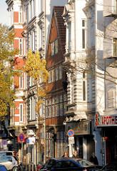 Häuserfassaden im Hamburger Stadtteil St. Georg - Lange Reihe, unterschiedliche Baustile, Wohnhäuser.