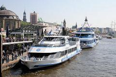 Ausflugsdampfer, Schiffe der Hamburger Hafenrundfahrt an den St. Pauli Landunsbrücken - Kuppel des Alten Elbtunnels.