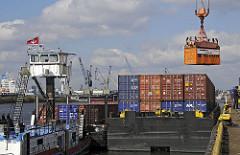 Containerverladung Hafenkran auf Transportschute - Schiffsbeladung mit Kran - Schubschiff mit hochgefahrenem Führerhaus - Hansahafen, Oswaldkai - Kleiner Grasbrook.