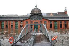 Hochwasser bei der Fischauktionshalle - Wasserpegel bis zur Trepppe.
