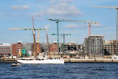 Blick über die Norderelbe zur Baustelle der Hafencity am Grasbrookhafen. Segelschiff und Motorboot vor dem Strandhafen. (2007)