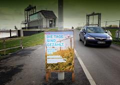 """Veranstaltungsankündigung / PLakat """"Die Tage sind gezählt"""" - Abriss des Zollzauns am Spreehafen - 12. Januar 2013 - im Hintergrund die Schleuse zum Ernst August Kanal."""