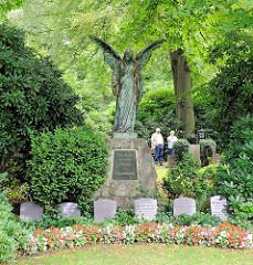 Grabanlage mit Engelsfigur - Grabsteine; Fotos vom Hamburger Hauptfriedhof Ohlsdorf; der Parkfriedhof hat eine Größe von 391 Hektar.