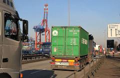 Lastwagenverkehr im Hamburger Hafen - Containertransport mit Sattelschleper zum Terminal Burchardkai.