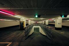 Renovierte Tiefgarage unter dem Spielbudenplatz in Hamburg St. Pauli 2006; ehem. Tiefbunker, erbaut 1940 für 5000 Menschen - nach dem Krieg Umbau zur Garage für 430 Stellplätzen.