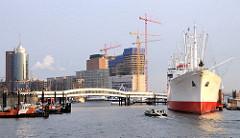 Blick über die Überseebrücke zum Büroturm am Kehrwieder und der Baustelle am Kaispeicher A (2009); rechts das Museumsschiff CAP SAN DIEGO.
