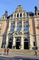 Eingang Hamburger Strafjustizgebäude am Sievekingplatz; erbaut 1879 -82; Architekt der damalige Oberbaudirektor Carl - Zimmermann.