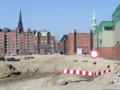 Bau der Strasse Grosser Grasbrook in der Hamburger Hafencity - im Hintergrund die Speicherstadt und Kibbelstegbrücke (2002)