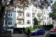 Wohnblocks im Architekturstil der Gründerzeit - Strassenbäume und parkende PKW - Bilder aus Hamburg Eimsbüttel.