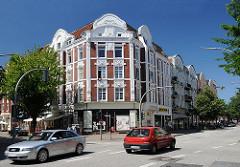 Jugendstilarchitektur - Wohngebäude in Hamburg Wilhelmsburg - Strassenverkehr in der Wilhelmsburger Veringstrasse.