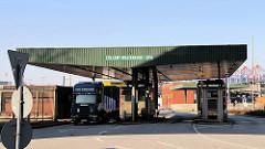 Hamburgs Freihafen - Zollgrenze Waltershof - Zollstation; die Ladung eines Lastwagen wird geprüft.