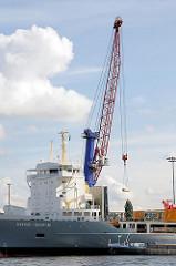 Ein Hafenkran belädt den Frachter  im Oderhafen mit einer Kiste. Fotos aus dem Hamburger Hafen, Stadtteil Steinwerder.