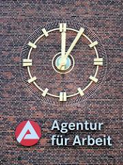 Uhr fünf nach zwölf / 5 nach 12 Uhr - Wand Agentur für Arbeit in Hamburg St. Georg.