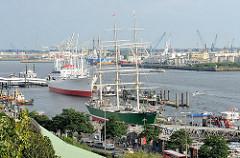 Blick von den Hamburger St. Pauli Landungsbrücken zu den Museumsschiffen Rickmer Rickmers und Cap San Diego.