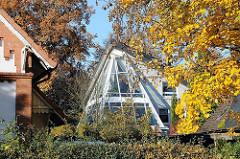 Moderne und historische Bebauung, leuchtendes Herbstlaub - Poppenbüttler Hauptstr