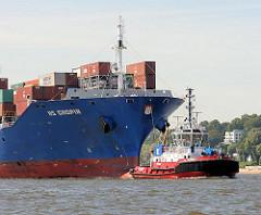 Bug des Containerfrachters HS CHOPIN - das Frachschiff wird von einen Hafenschlepper in den Hamburger Hafen an seinen Liegeplatz geschlepppt.