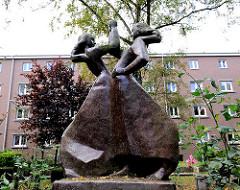 Tanzende Mädchen - Kunst im öffentlichen Raum; Terrakottaskulpturen - Bildhauer Irwahn, 1952.