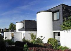 Architekturfotografie Hamburg - Wohnsiedlung im kubischen Architekturstil - halbrunde Treppenhäuse - Häuser in Schwarz Weiss.