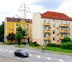 Gründerzeitliche und moderne Wohnblocks in Hamburg Wilhelmsburg am Reiherstieg Hauptdeich.