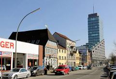 Gewerbegebäude, historische Architektur und der Channeltower in Hamburg Harburg.
