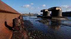 Poller und Gleise eines Hafenkrans - Baakenhafen, Stadtteil Hafencity Hamburg-Mitte.