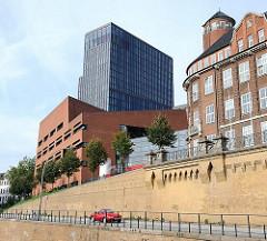 Architektur Hamburgs - historisches Backsteingebäude des Tropeninstituts - moderner Gebäude.