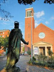 Katholische St. Ansgar Kirche / Kleiner Michel in der Hamburger Neustadt - Bronze Statue Karl der Grosse.