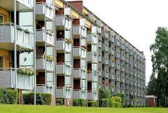 Fassade mit Balkons zur Sonnenseite - Wohngebäude, Architektur der 1970er Jahre in Hamburg Lohbrügge - Nord.