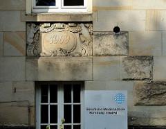 Relief mit Jahreszahl / Erbauungsdatum des alten Schulgebäudes. Berufliche Medienschule Hamburg Eilbektal