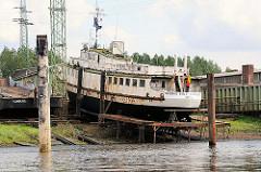 Schiffswerft am Ufer des Wilhelmsburger Reiherstiegs - ein ostdeutsches Fahrgastschiff wird restauriert.