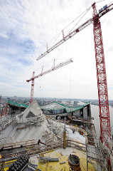 Baustelle der Elbphilharmonie - Blick auf das Dach vom zukünftigen Hamburger Konzerthaus - hohe Baukräne.